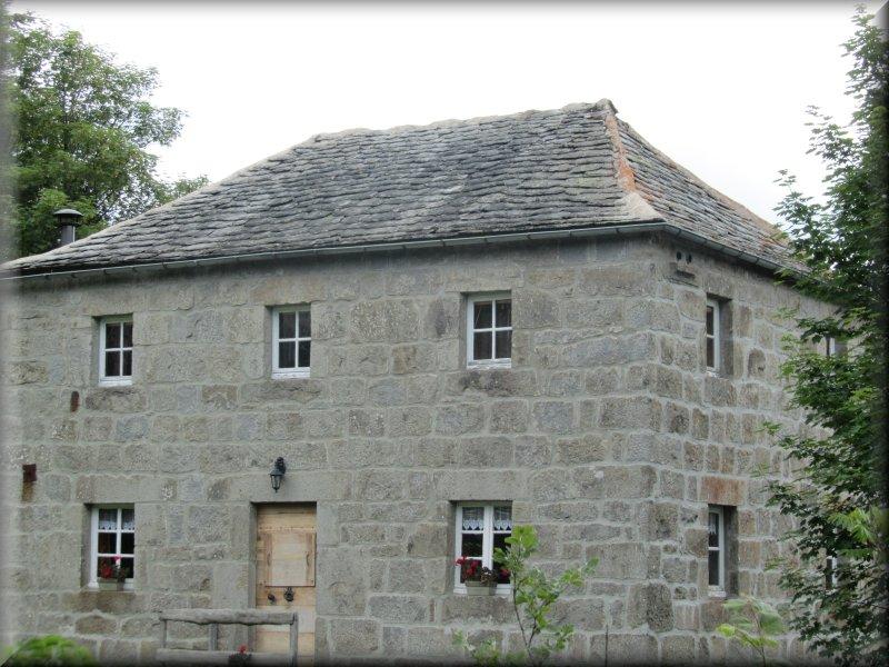 Maison dont la Toiture est Constituée de Lauzes