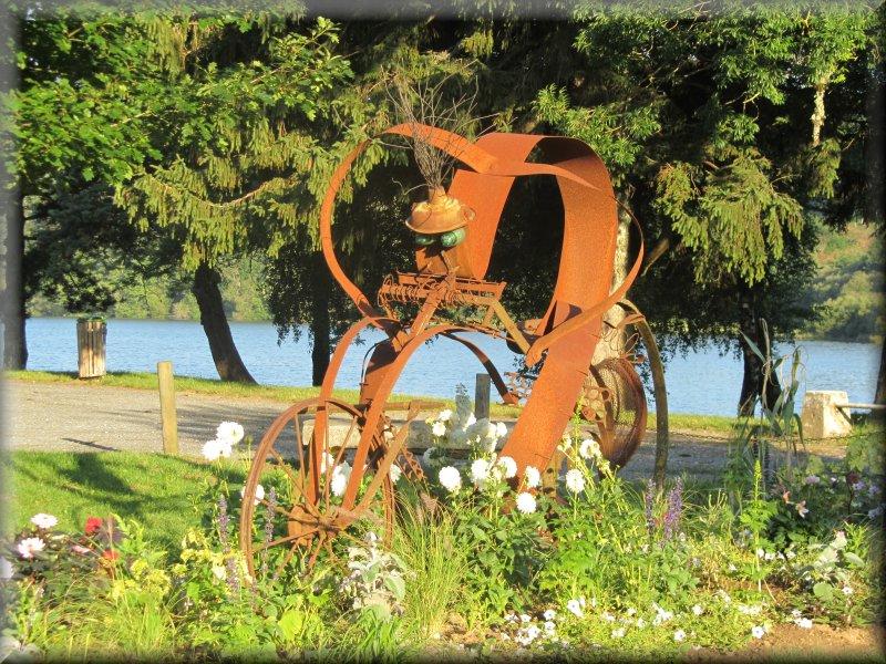 Sculpture sur les Bords du Lac des Montagnès